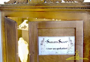 "Stends ""Skelets skapī"""