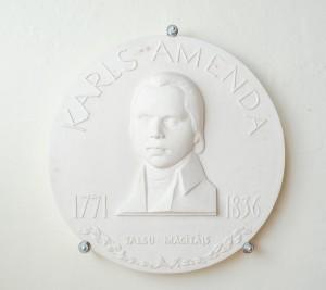 Piemiņas cilnis K.F.Amendam Talsu evaņģēliski luteriskajā baznīcā. Darinājis Andris Bērziņš, 2002