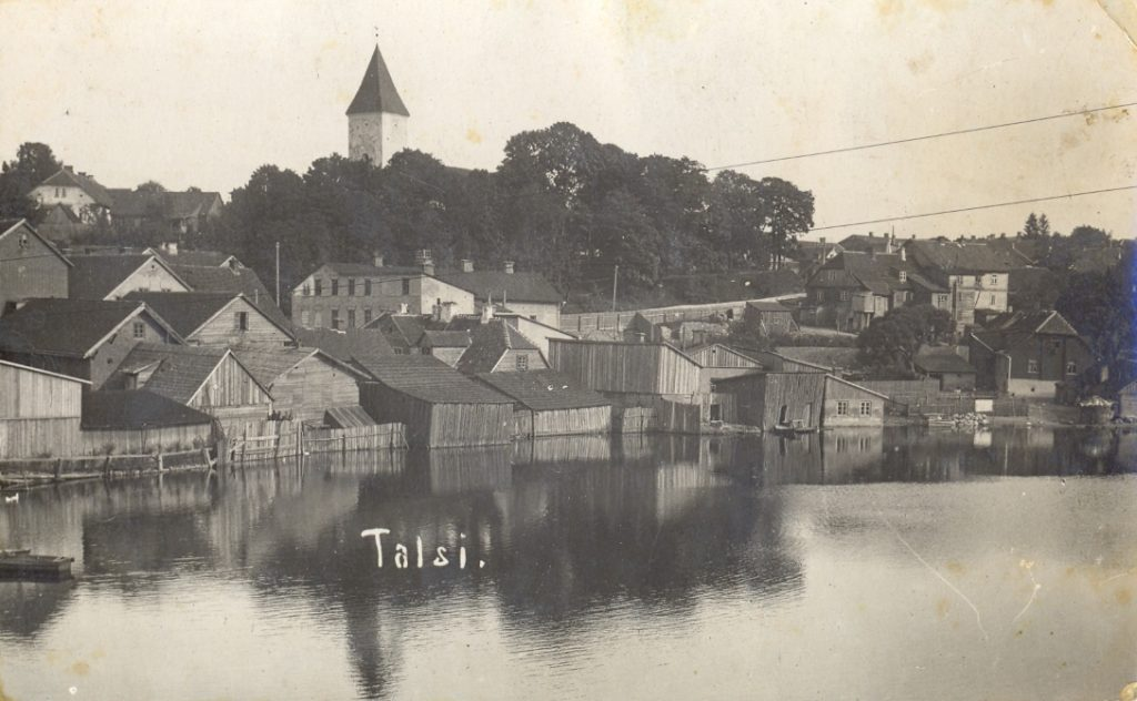 Foto Talsi - skats pār Talsu ezeru uz Baznīckalnu 1930. gadi.