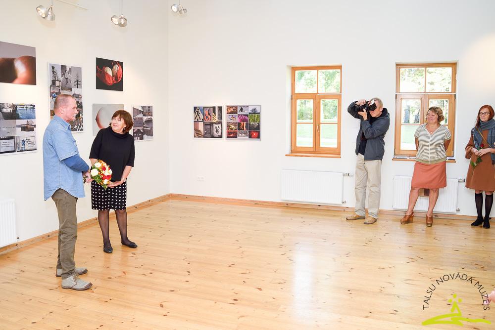 """Ata Ieviņa fotogrāfiju izstādes """"Svārstīgā erotika"""" atklāšana"""