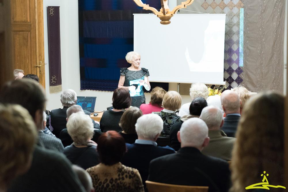 """17. janvārī, Talsu pilsētas vārda dienā, Talsu novada muzejā notika grāmatas """"Tur aiz skolas kalna"""" atvēršana un tikšanās ar autori Mudīti Tauriņu, Talsu vidusskolas 1959. gada absolventi."""