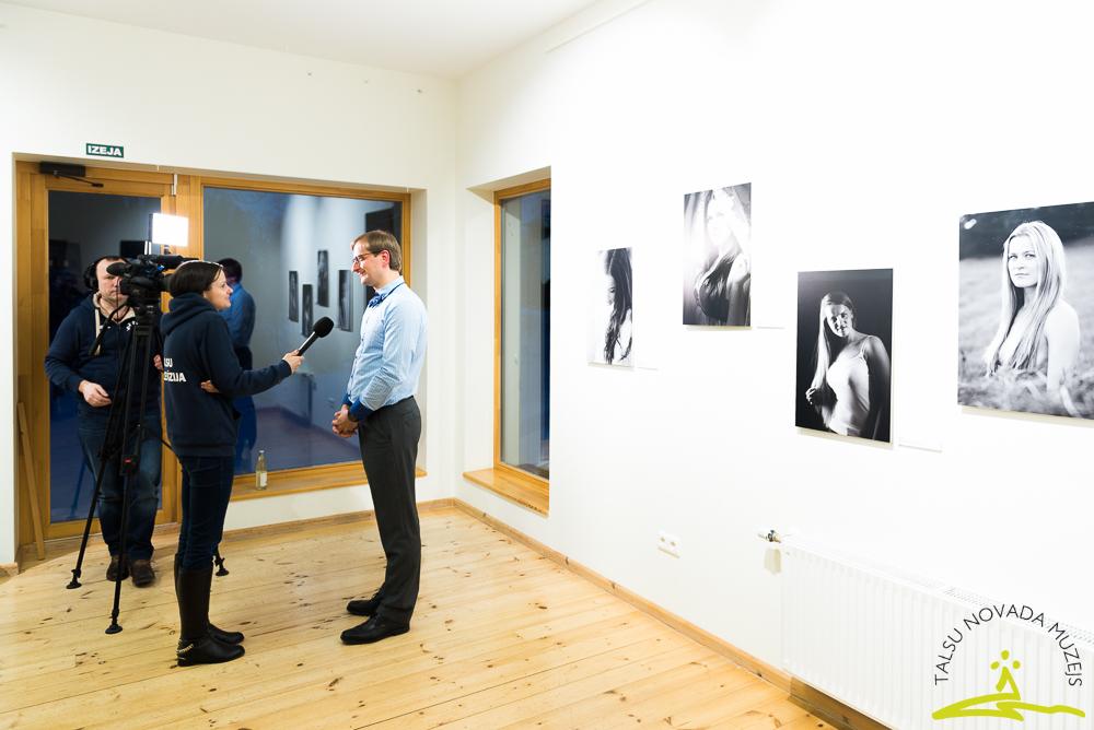 """Kaspara Poriņa fotogrāfiju izstādes """"Keratīns"""" atklāšana"""