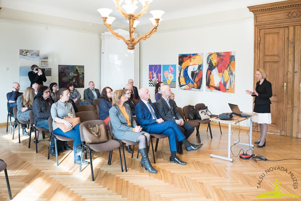 Kultūras ministre tiekas ar kultūras darbiniekiem muzejā