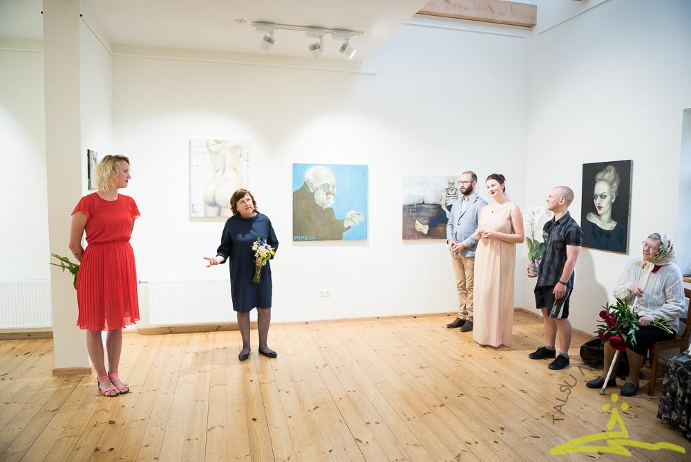 Justīnes Seiles gleznu izstādes atklāšana