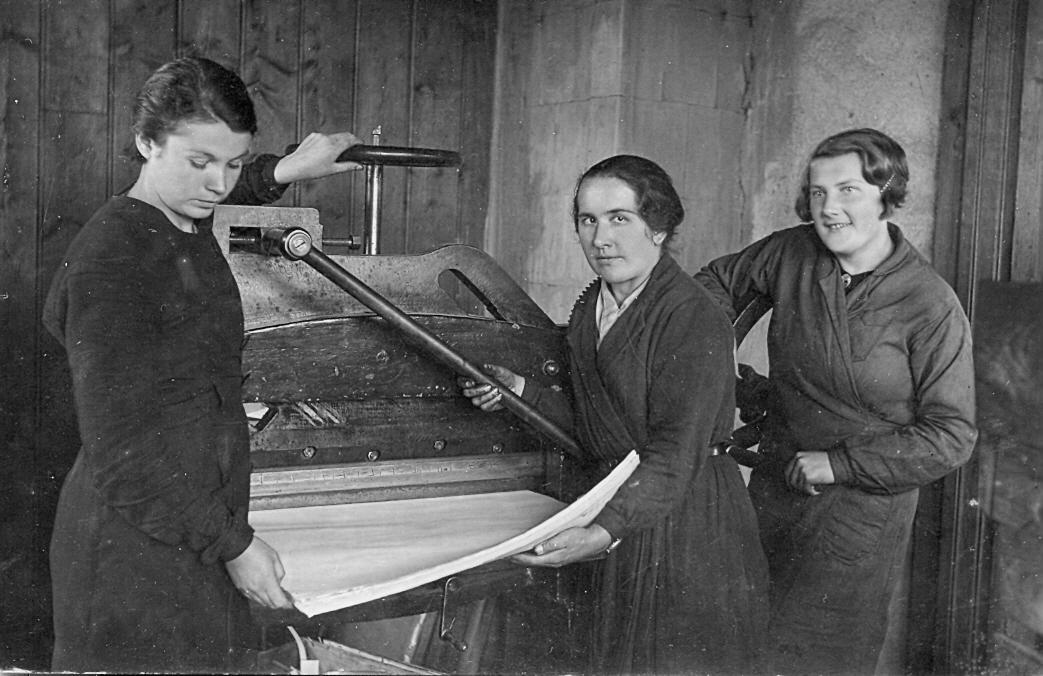 Glūdas tipogrāfijā pie iespiedmašīnas 1930. g. No kreisās: Anna Liepiņa, Minna Briģe