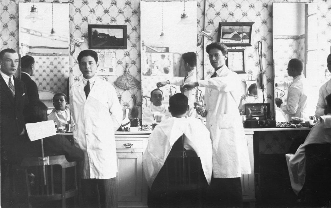 Talsu frizētava ap 1925. g. A. Druviņa foto.