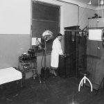 Rentgena kabinets Talsu slimnīcā 1939. g. Rentgena māsa Alise Ruģēna.