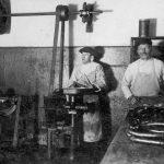 Desu un gaļas darbnīcā Talsos, Laidzes ielā, ap 1932. g. Jēkabs Āboliņš ar palīgu ap 1935. g