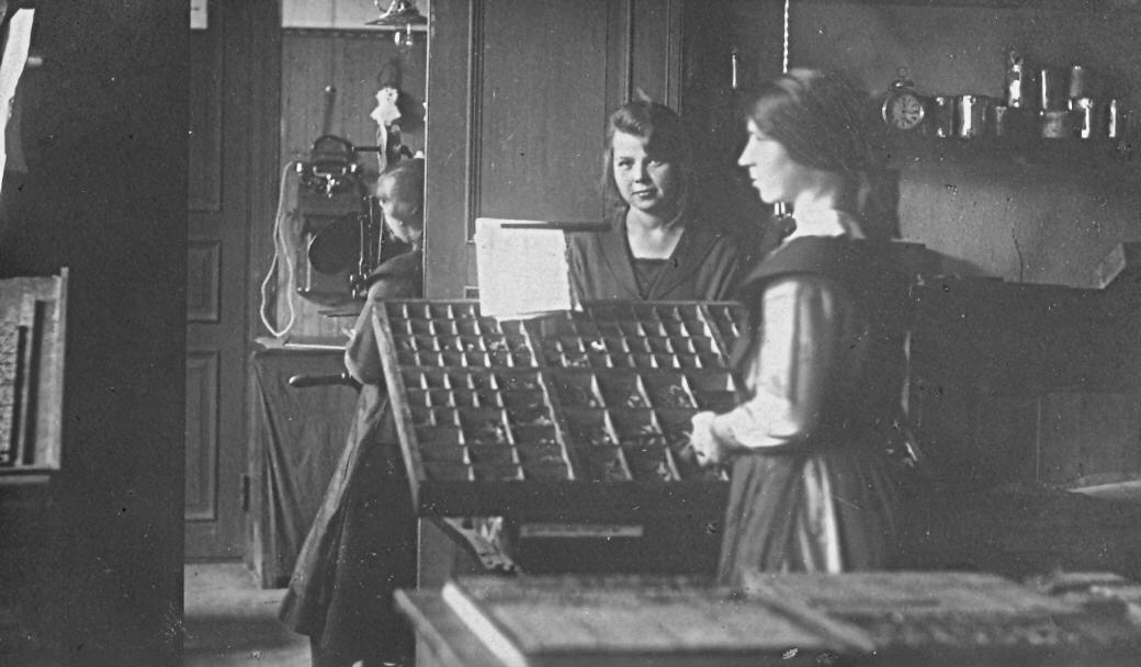 J. Glūdas tipogrāfijas burtlice Leontīne Heinriha savā darbavietā, 1920. gadu beigās.