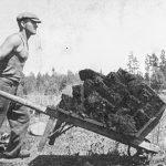 Kūdras vedējs ar ķerru 1930. gados Nurmuižas pagastā.
