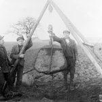 Akmens izcelšana no Lībagu pagasta Bētiņu māju laukiem, ap 1936. g.