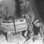 Dzirnakmeņu asināšana Lubes dzirnavās, 1930. gadi.