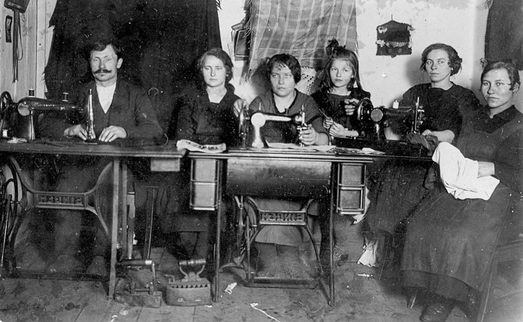 Skroderis Fricis Zīberts, šuvēja Marija ar māceklēm Dundagā, 1930. gados.