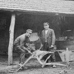 Valdgales kalējs O. Jankevics un māceklis Ansis Briedis pie smēdes, 1920. gados.