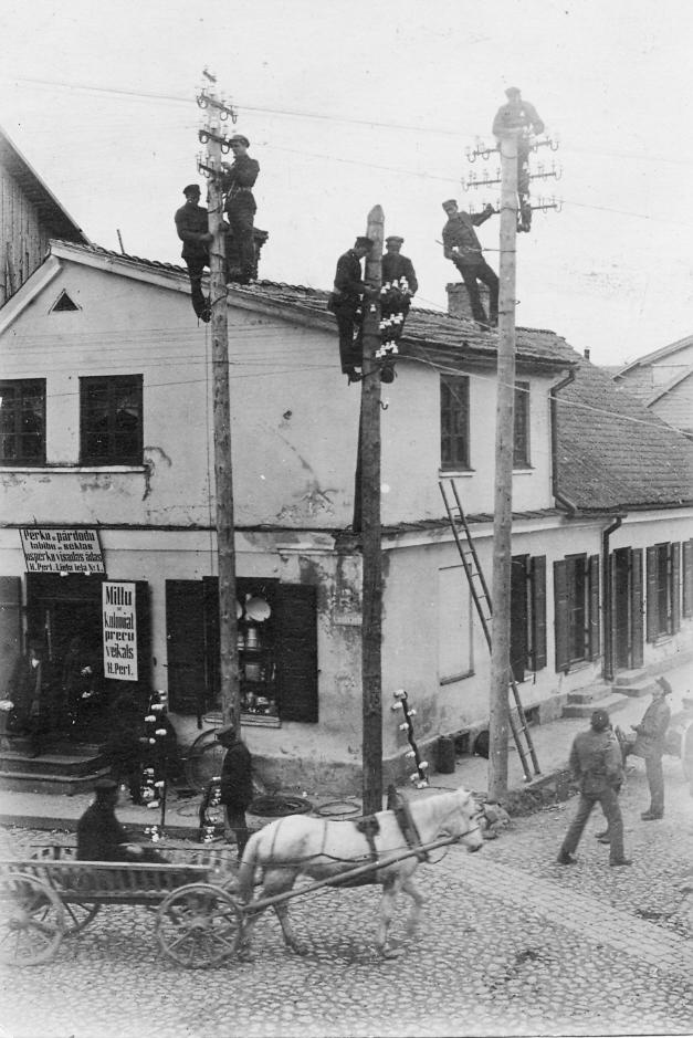 Telefona līnijas vilkšana Talsos, 1920. vai 1930. gados