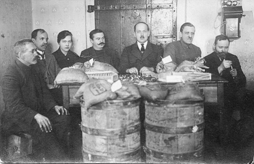 Talsu bankas pirmsākums 1919. g. 3. no labās bankas direktors Fricis Grīnvalds.