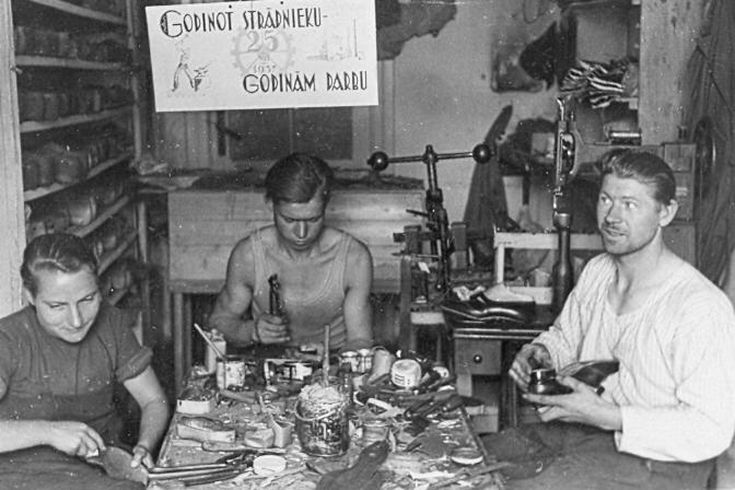 Apavu darbnīcas iekšskats, piederējusi R. Dzirnim, Talsos, 1930. gados.