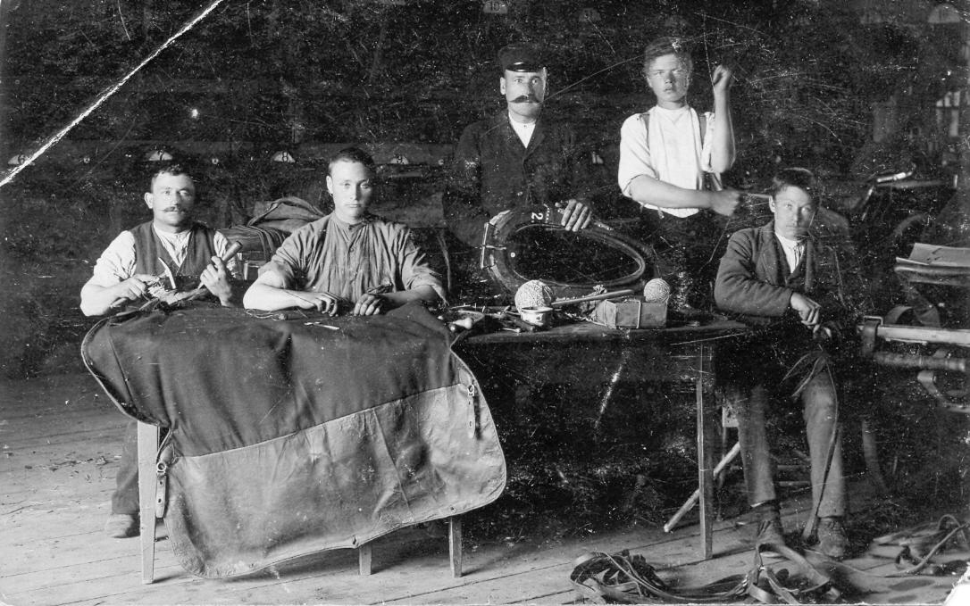 Sedlinieku darbnīcā, 1930. gados.
