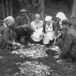Zivju šķirošana Mērsragā 1940. gadu sākumā.