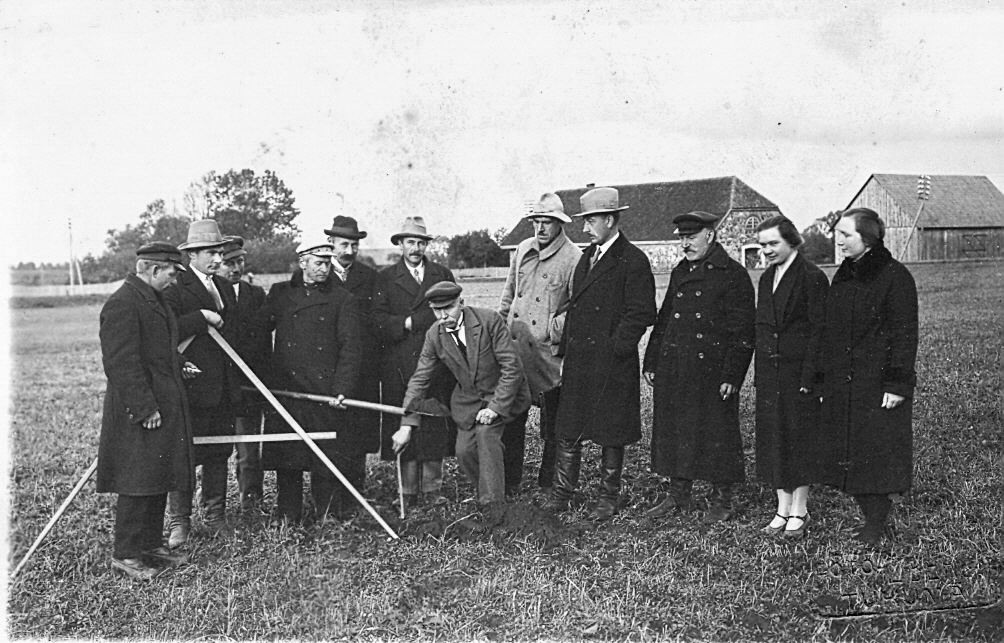 Zemes mērīšana Mērsraga pagastā 1930. gados. Ž. Berga foto Tukumā.