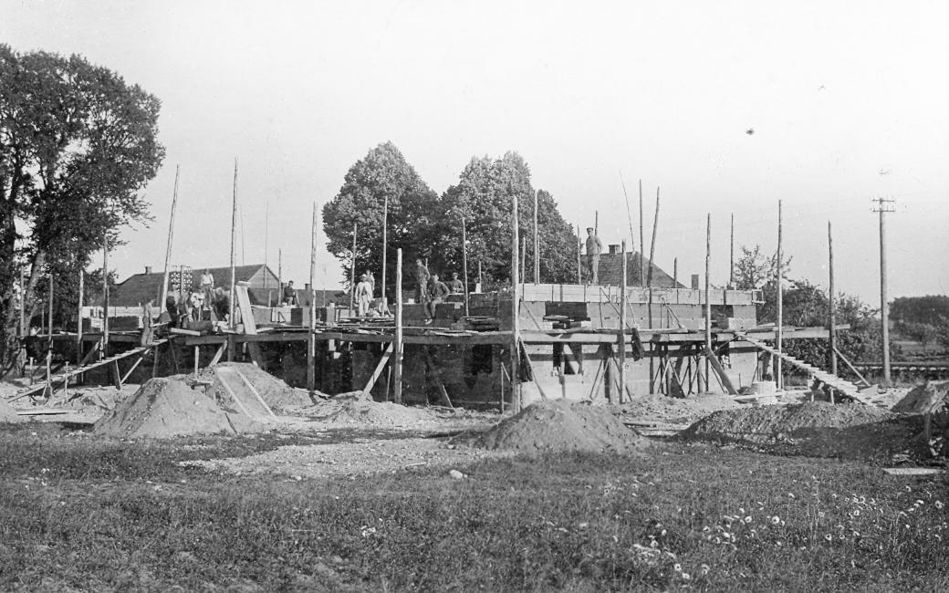 Nurmuižas krājaizdevu sabiedrības nama būvdarbi 1935. g. Foto: A. Sniķers, Kandavā