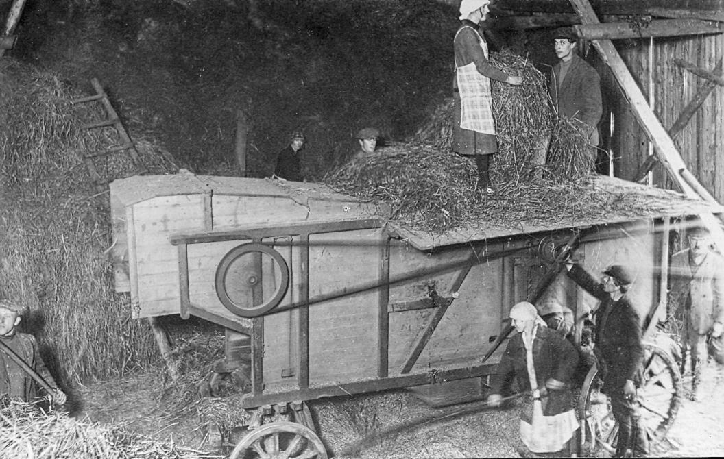Kulšanas talka Lībagu pagastā 1930. gados. J. Graubes foto Rīgā