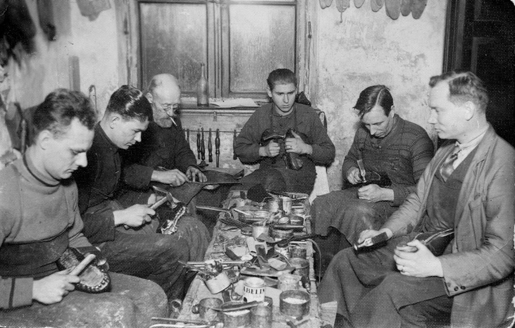 Kurpnieki strādā Ernesta Leiša (1. no labās) darbnīcā Talsos, Lielā ielā 28, 1930. gados. E. Leitis miris (1895.-1944.) izsūtījumā.