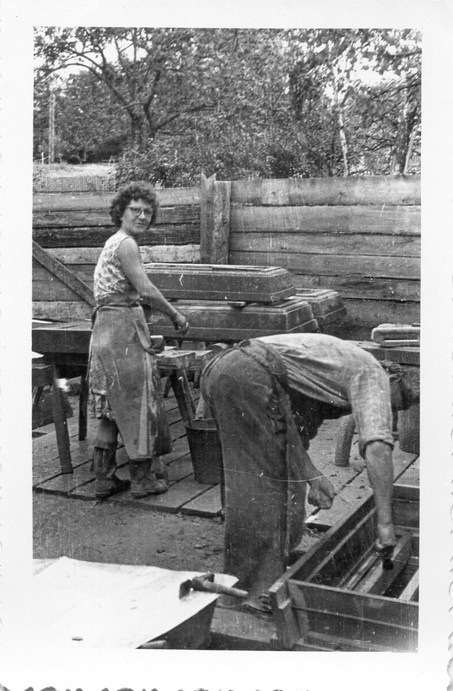 Talsu akmeņkaļa Jāņa Kiopa darbnīcā, 1930. gadu beigās. Jānis un Lidija (Jāņa meita) Kiopi darbā.