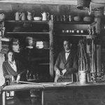 Veikala iekšskats Ģipkas Vecajā krogā, 1920. gados.