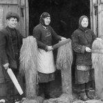"""Linu kulstīšana Laucienes pagasta """"Ūķniekos"""", 1920.–1930. gados. A. Sniķera foto."""