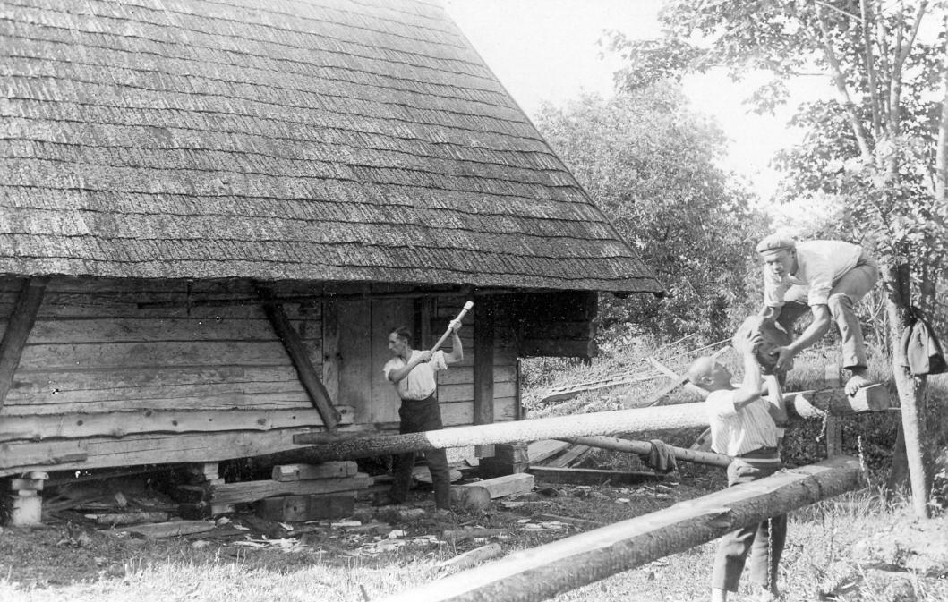 """Klēts remonta darbi Vandzenes """"Laņģos"""" 1930. g. 15. jūlijā."""