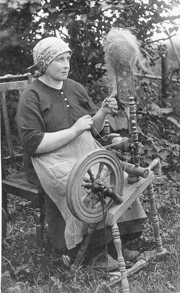 Sieviete pie ratiņa Ģibuļu pagastā, ap 1934. g
