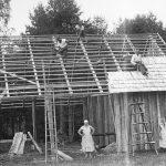 """Andrejs Briģis ar savu ģimeni būvē siena šķūni Laidzes pagasta """"Ozollejās"""", 1936. g."""