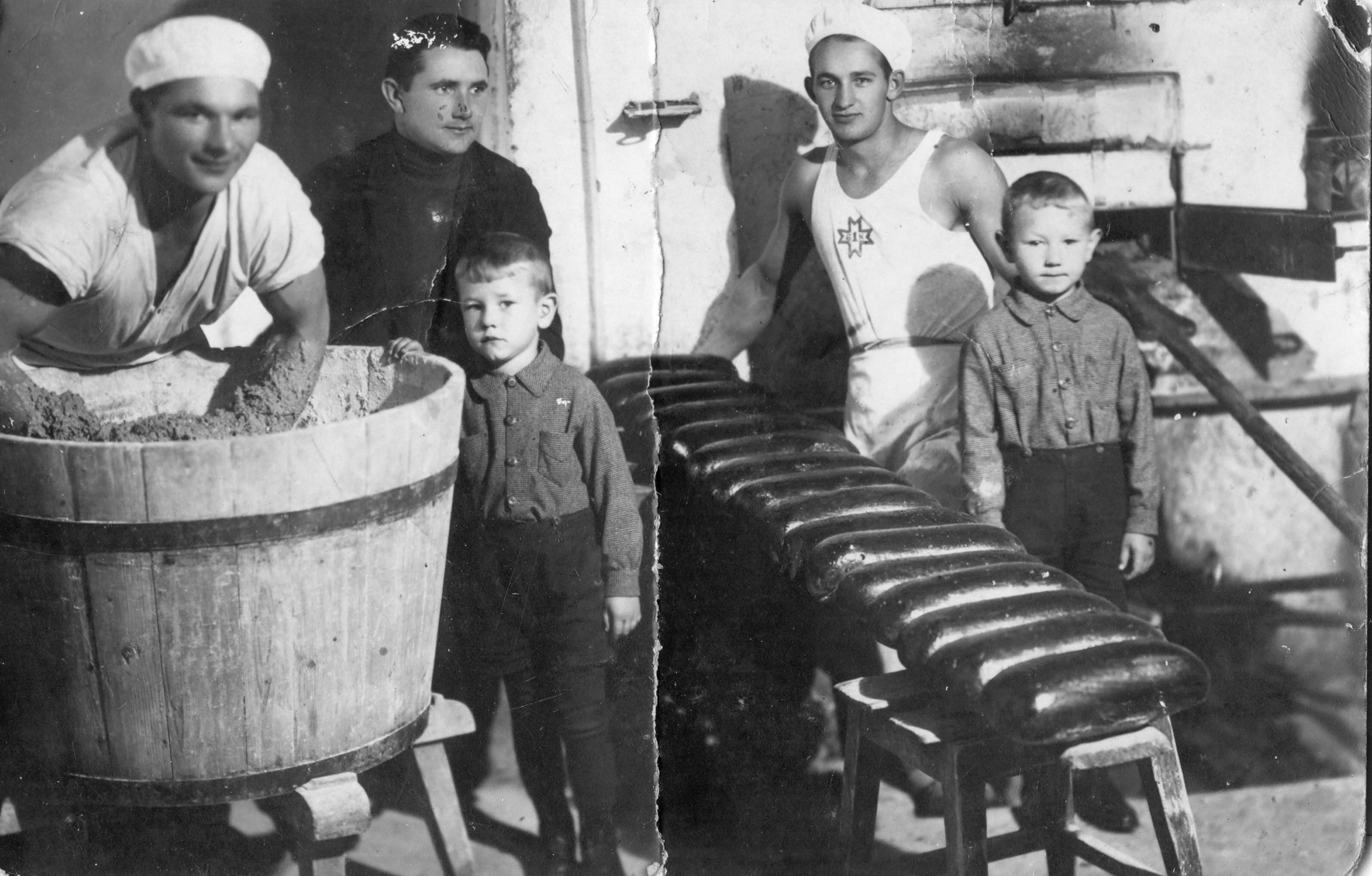 Maiznieks Bērtulis Alsbergs maiznīcā Talsos, 1939. g.