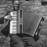 """Kārlis Treilībs ar pašizgatavotu akordeonu """"Tango"""" (glabājas Talsu novada muzejā), 1939. gadā Laucienē"""