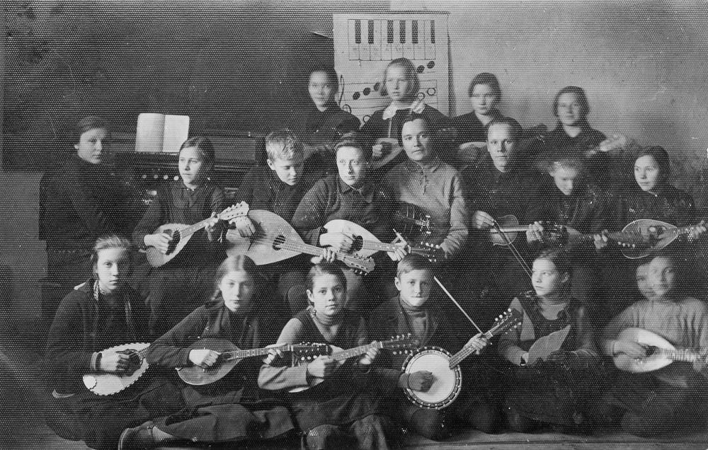 Valdemārpils pamatskolas orķestris ar skolotāju Milliju Ulbergu, 1931. gads