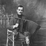 Nevejas iedzīvotājs ar harmoniku, 1920. gadi