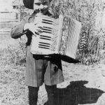 """Ivars Ķēniņš no Lībagu pagasta """"Mežītēm"""" ar akordeonu, 1943. gads"""