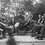 Talsu aizsargu orķestris spēlē Talsu Pilsētas dārzā,1930. gadi