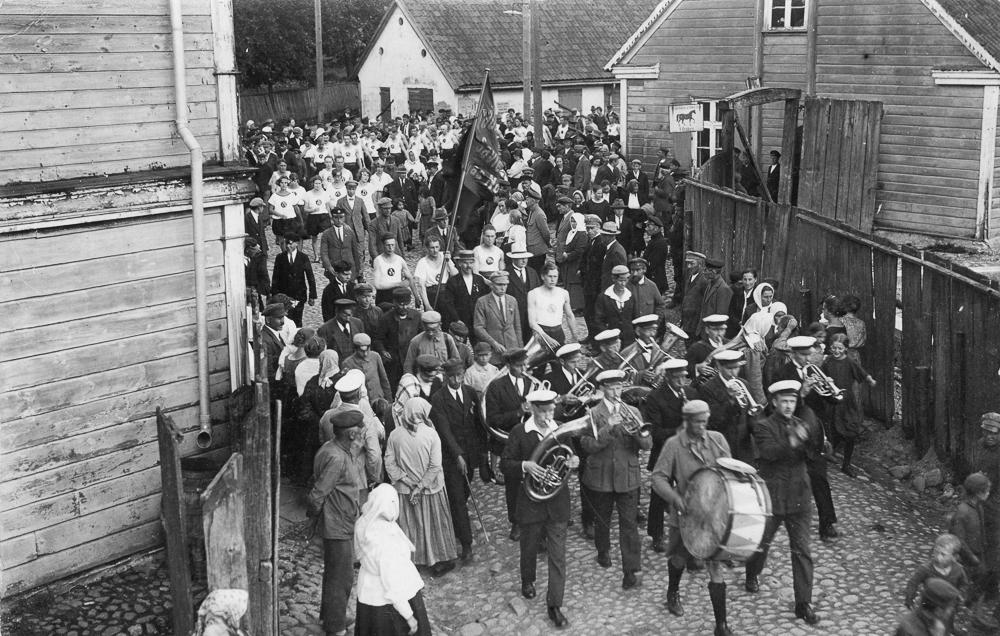 Talsu sportistu gājiens Kr. Valdemāra ielā 1930. gados