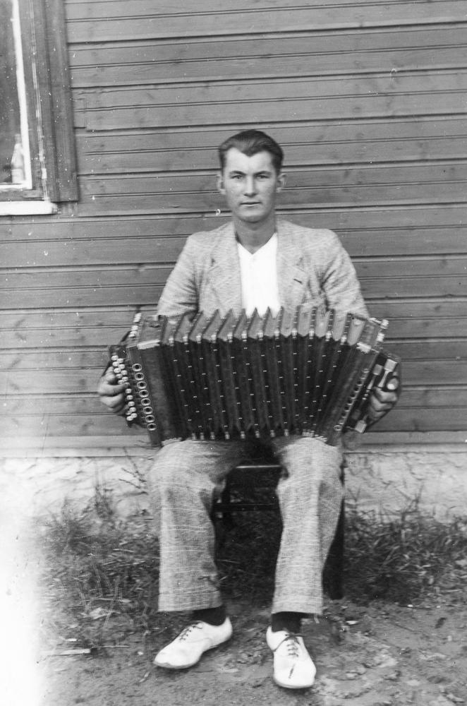 Alberts Legzdiņš (1919 - 1946) no Upesgrīvas spēlē harmoniku, 1930.gadi