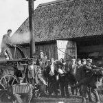 """Mašīntalka Dzedru ciema """"Skaldu"""" mājās 1930. gados"""