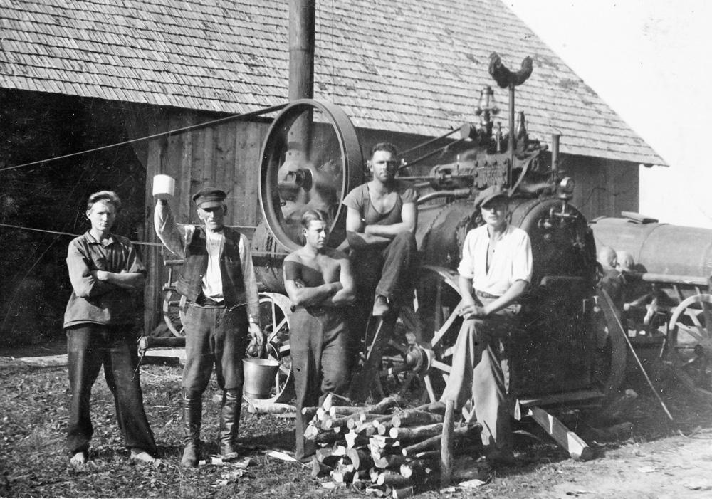 """Mašīntalka Strazdes pagasta """"Priežkalnos"""" 1930. gados"""