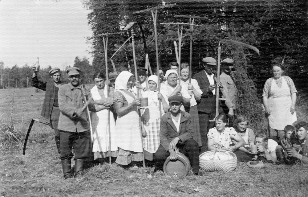 Pēc padarīta darba Stendes pagastā 1920. - 1930. gados
