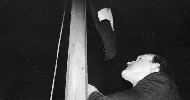 """Ceturkšņa priekšmeti – fotogrāfijas """"Latvijas karoga pacelšana virs Talsu kultūras nama 1988. gada 18. novembrī"""""""