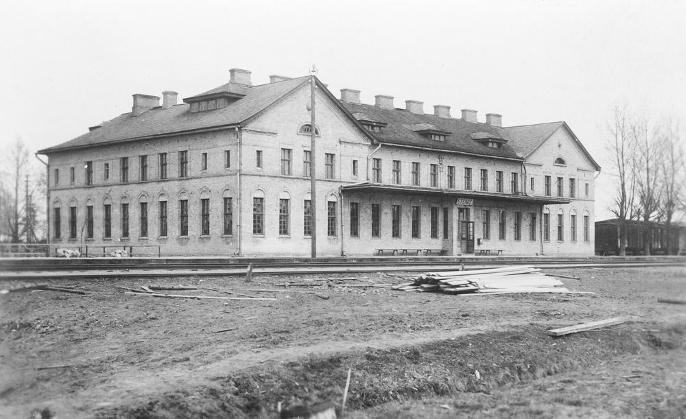 Stendes stacijas ēka celta 1923.gadā pēc arhitekta A.Medlingera projekta. Fotografēts 1930. gados