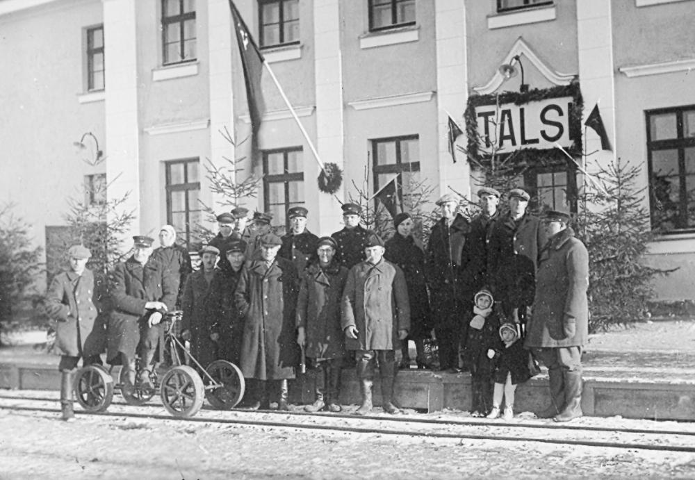 Talsu dzelzceļnieki 1941. gada 1. maija svētkos pie Talsu stacijas