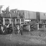 Šaursliežu vilciens uzņem ūdeni uz Lielirbes tilta 1920. - 30. gados