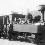 Stendes dzelzceļnieki pie lokomotīves Mērsraga stacijā, 1930. gadi