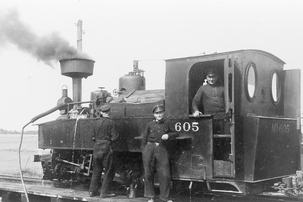 Lokomotīve ņem ūdeni Stendes stacijā, 1930. gadi